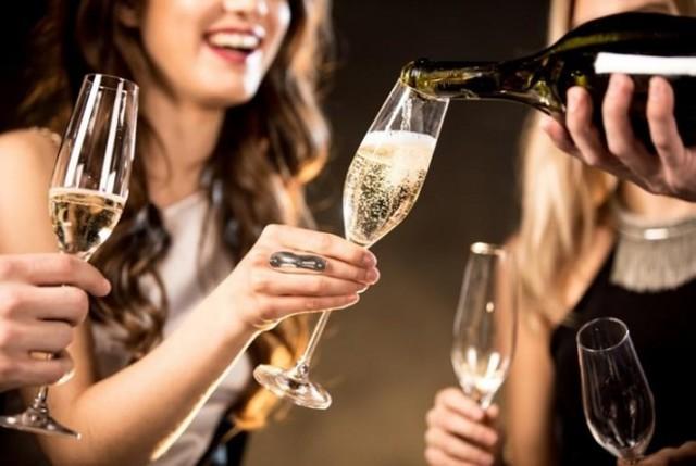 Сколько выветривается шампанское: чтобы сесть за руль, из организма