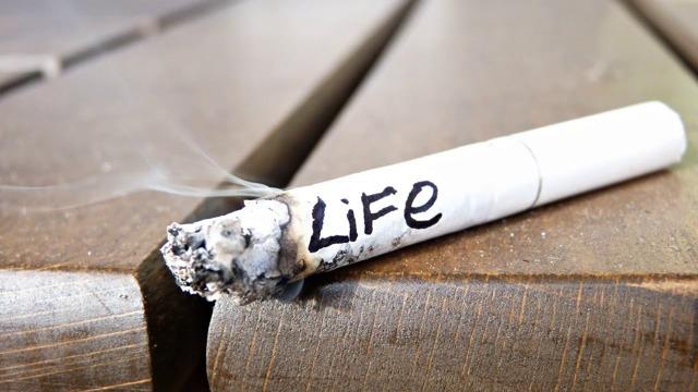 Как избавиться от запаха сигарет на одежде: спрей от табака